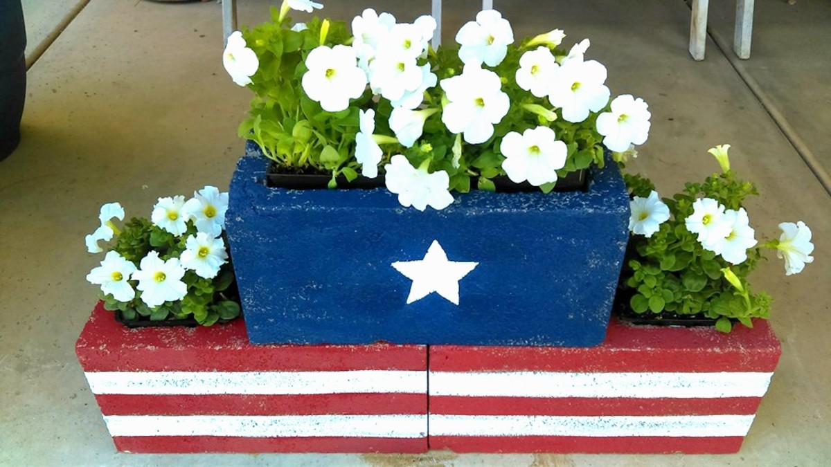 DIY Stars & Stripes Cinder Block Planters from grillo-designs.com