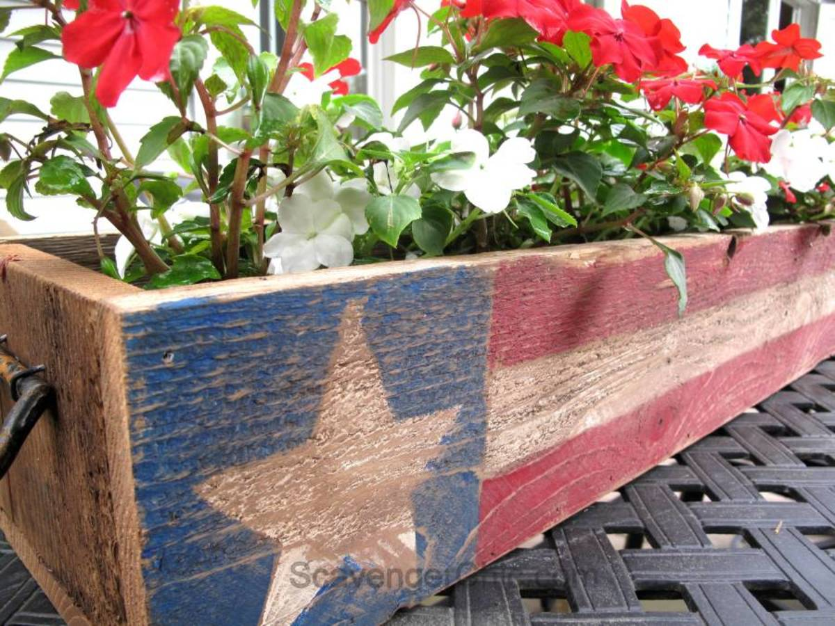 Patriotic Pallet Wood Centerpiece from scavengerchic.com