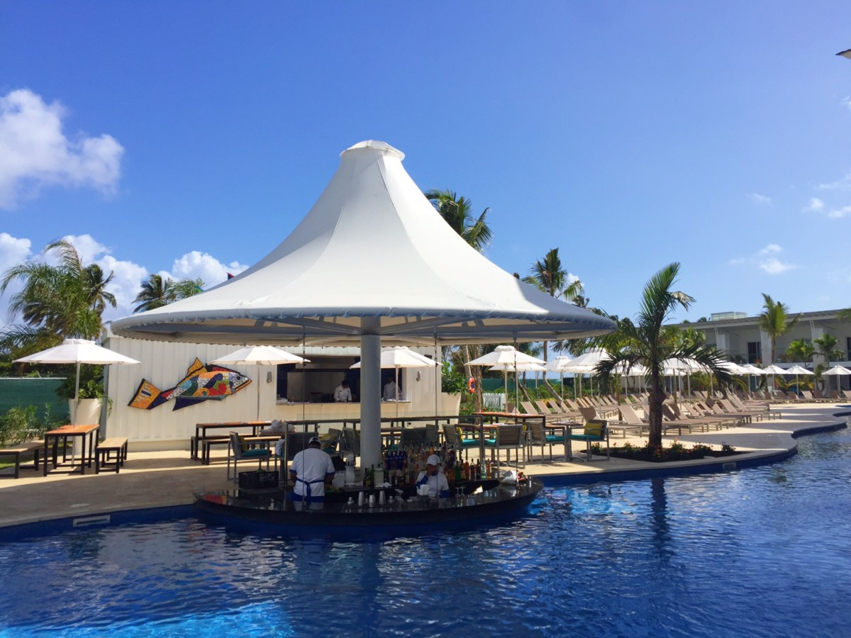 nick-punta-cana-swim-up-bar