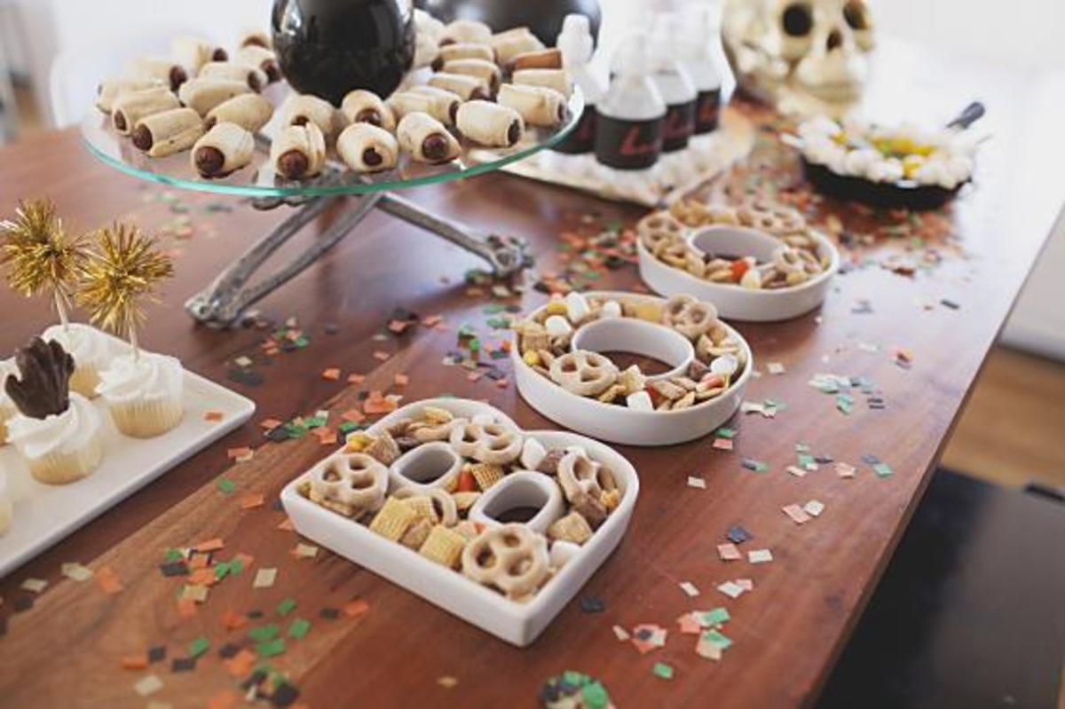 Halloween-Boo-Serving-Trays-LMP_Chex_Halloween_560